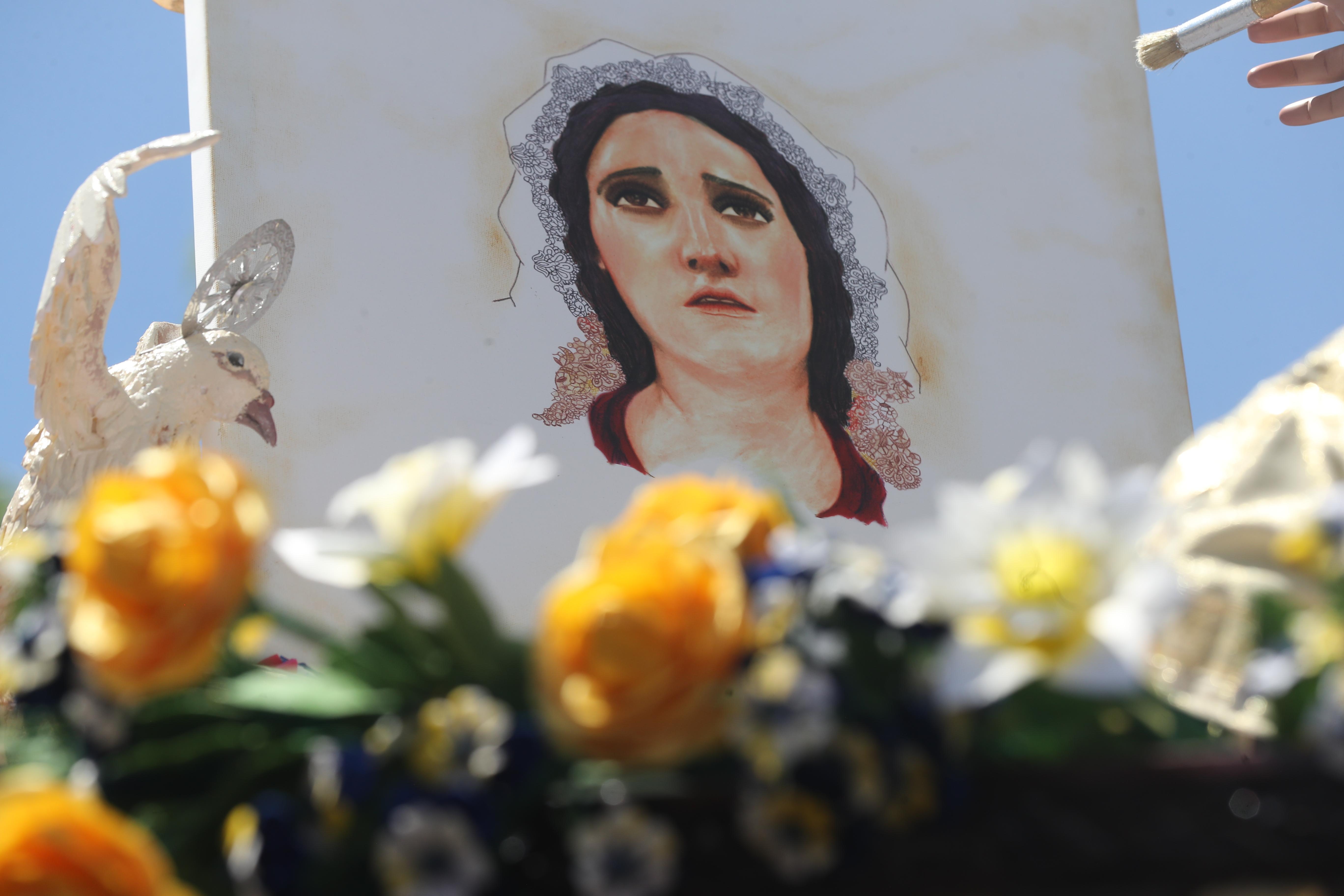 Dentro del adorno de la Santísima Virgen de Dolores hay un cuadro con su rostro.