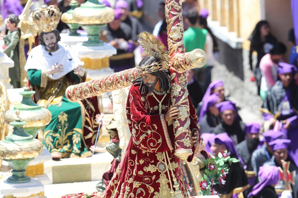 La procesión de Jesús de los Milagros es cargada por 124 devotos por turno.