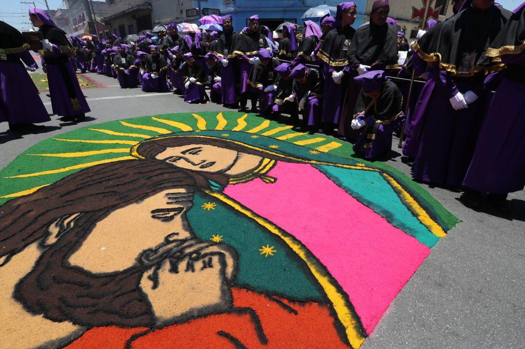 Varias alfombras se pudieron observar al paso de la procesión por la zona 2.