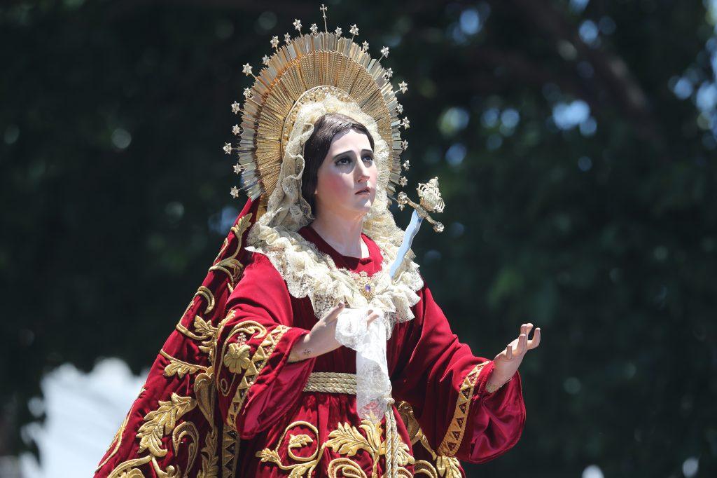 La Virgen vistió una tunicela de color rojo con detalles dorados.