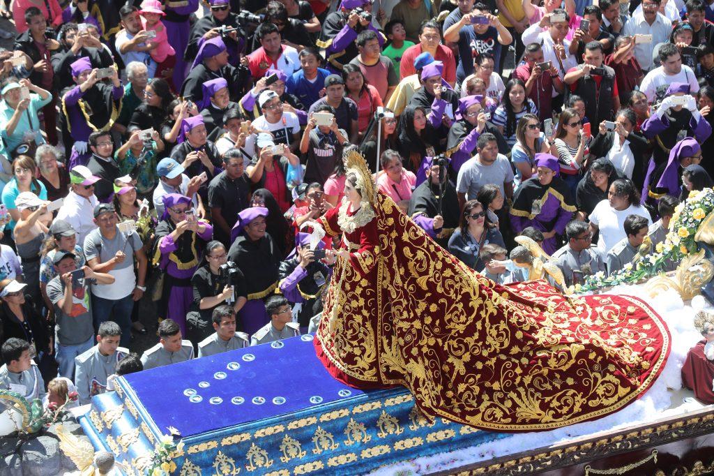 Una vista de la Virgen de Dolores a su paso por Catedral Metropolitana.