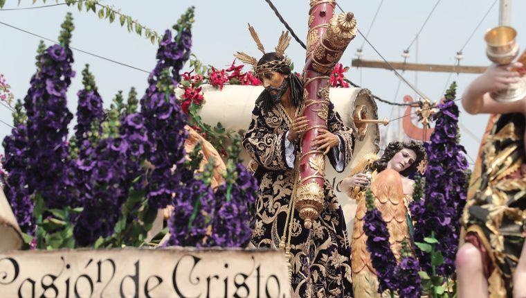 Nazareno de las Tres Potencias recorre calles de la ciudad de Guatemala y es observado por miles de fieles. (Foto Prensa Libre: Juan Diego González).