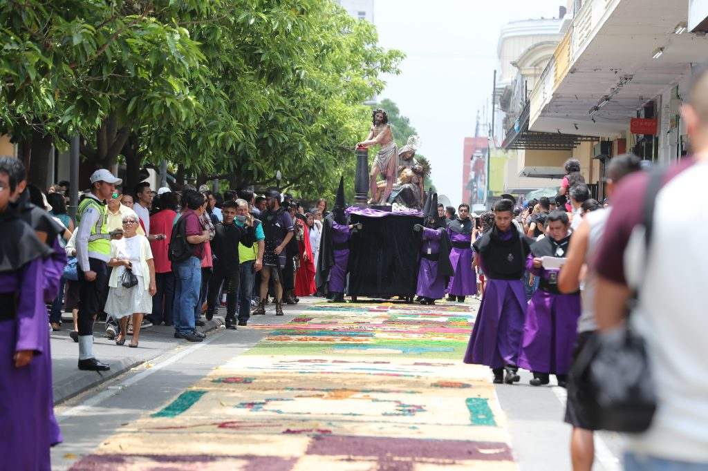 Abriendo el cortejo iba la imagen de Jesús de la Columna. Foto Prensa Libre: Óscar Rivas