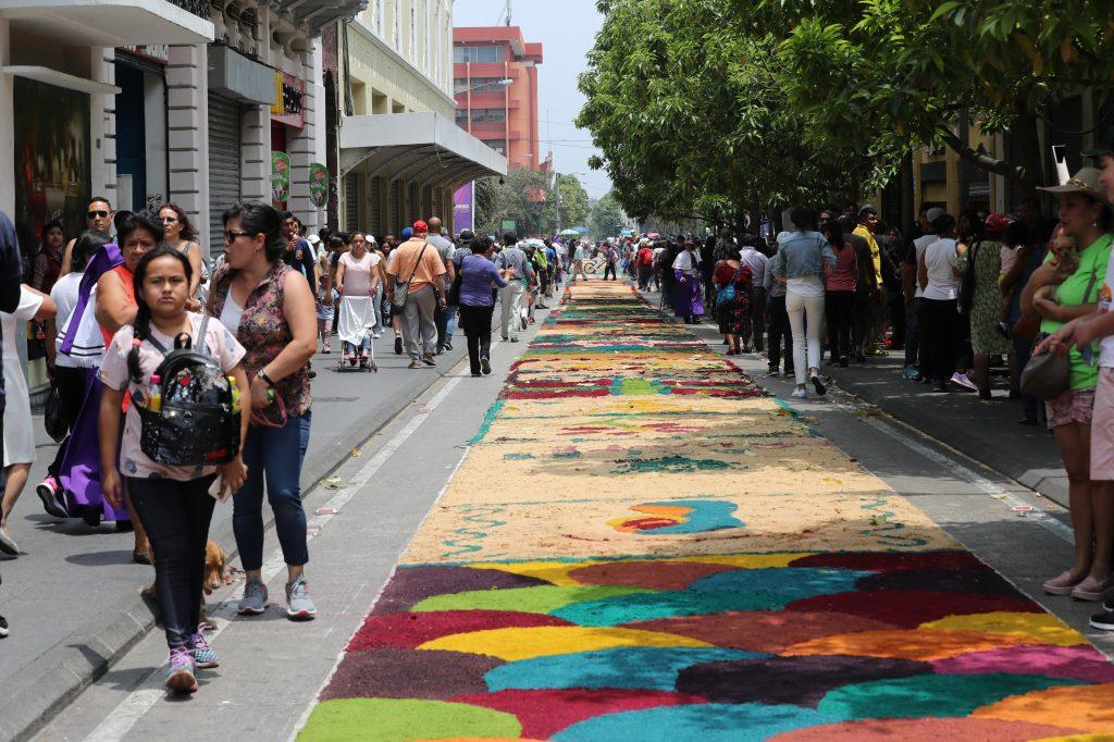Las personas terminaron la alfombra alrededor de las 9 de la mañana. Foto Prensa Libre: Óscar Rivas