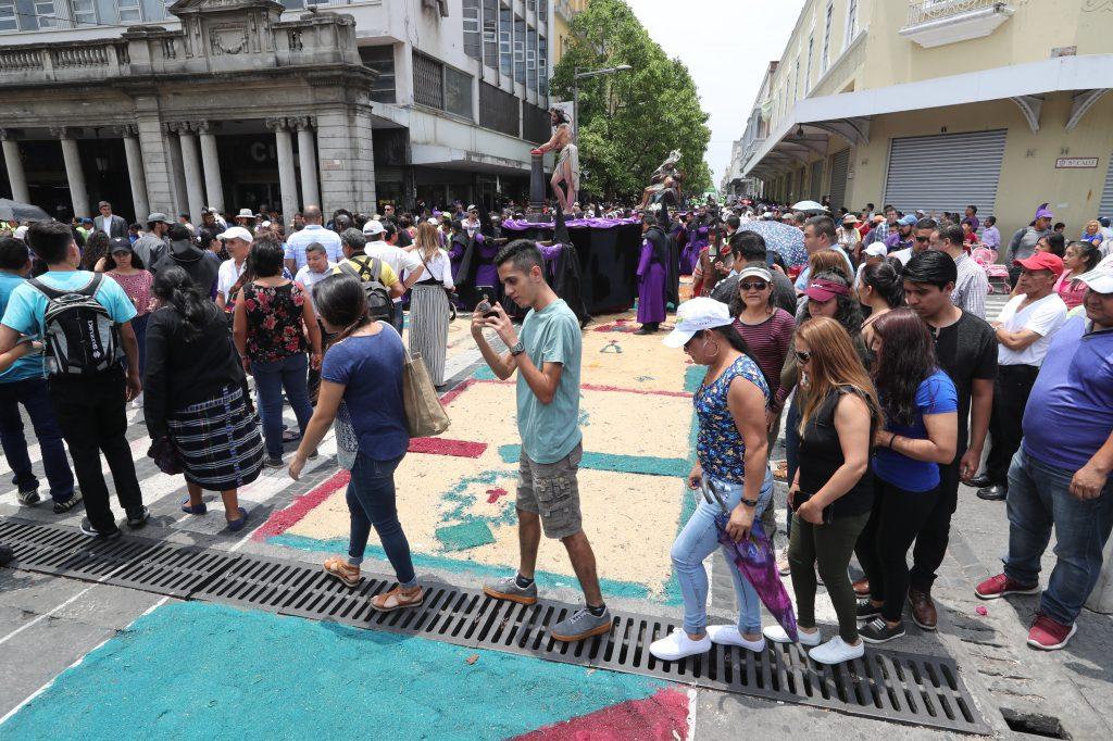 Varias personas acudieron al Paseo de la Sexta, zona 1, para observar y fotografiar la alfombra de aserrín. Foto Prensa Libre: Óscar Rivas