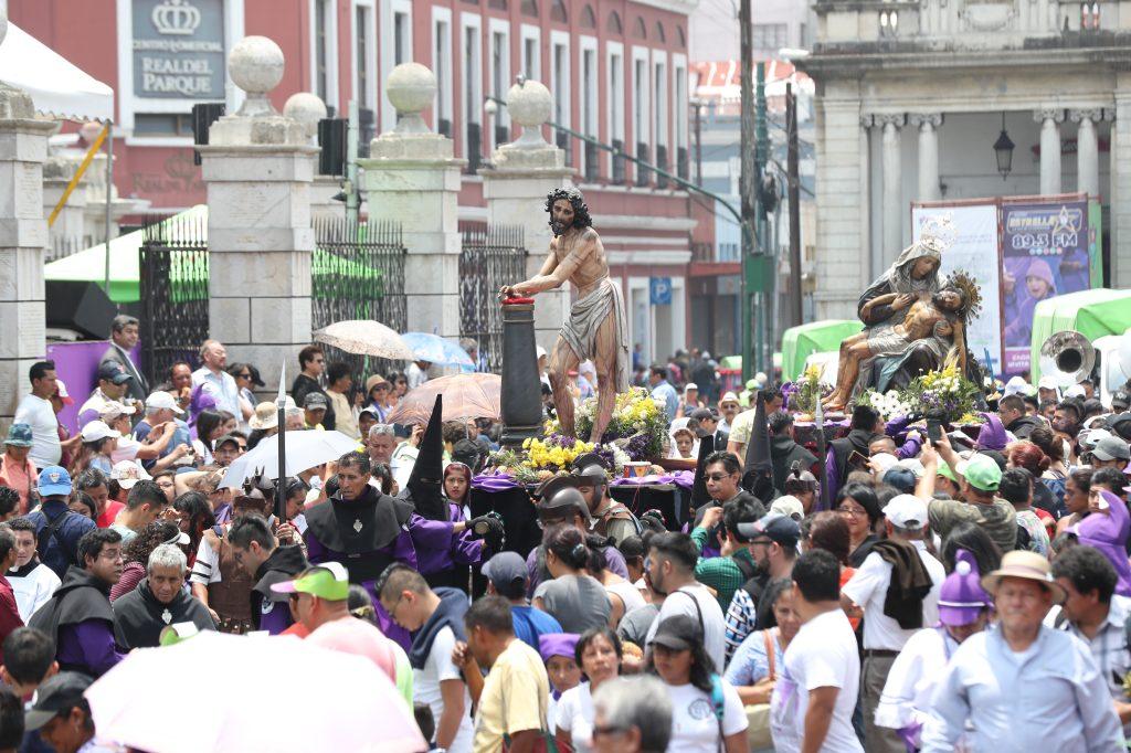 Frente a Catedral Metropolitana la multitud se aglomeró para poder observar a las imágenes. Foto Prensa Libre: Óscar Rivas