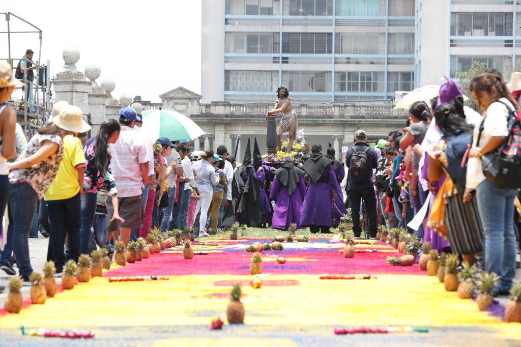 Algunas de las alfombras tenían frutas como parte de su adorno. Foto Prensa Libre: Óscar Rivas