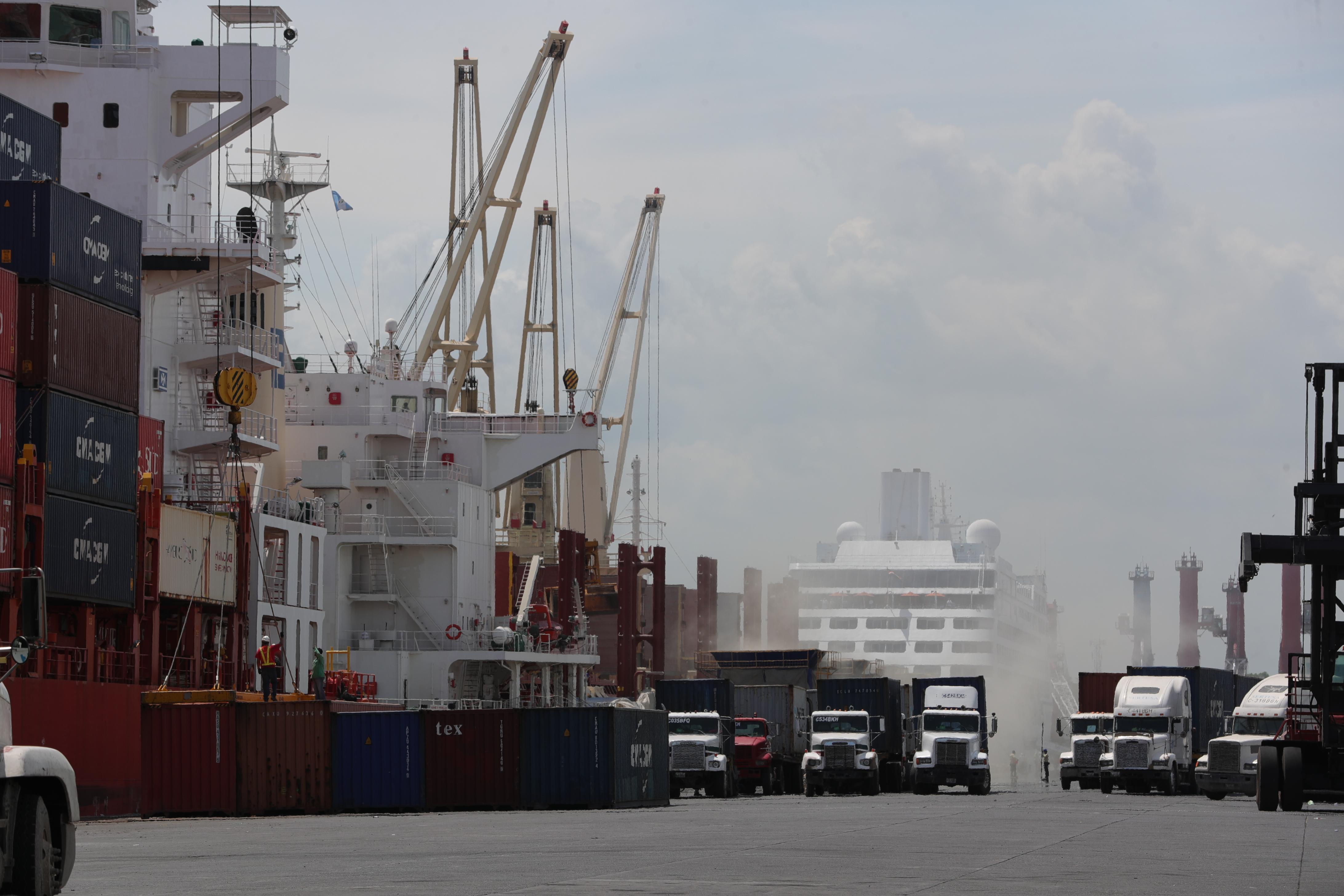 """Los aparatos clandestinos para """"agilizar"""" trámites en los puertos del país continúan operando, aunque, según la SAT, la cobertura  ha venido a menos. (Foto Prensa Libre: Hemeroteca)"""