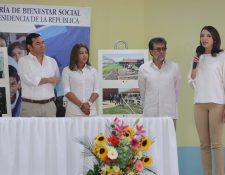 Presidente Jimmy Morales y el embajador de Estados Unidos, Luis Arreaga, participan en la supervisión de la Casa Intermedia del Nuevo Modelo Correccional para Jóvenes, en San José Pinula.  (Foto Prensa Libre: Érick Ávila)