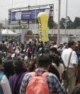Miles de candidatos acudieron al Parque de la Industria donde más de 80 empresas ofrecieron 8 mil plazas de trabajo en sectores de banca de comercio, call center, industria, restaurantes, entre otros. (Foto Prensa Libre: María Reneé Barrientos)