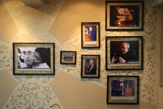 En la muestra se observan varias fotografías de diversas actividades de Monseñor.