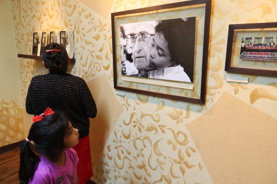 Una niña observa una de las fotografías en la exposición.