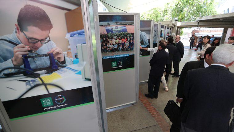 Vista de la exposición dedicada a Quetzal-1, primer satélite de Guatemala, en la Universidad del Valle de Guatemala. (Fotos Prensa Libre, Carlos Hernández)