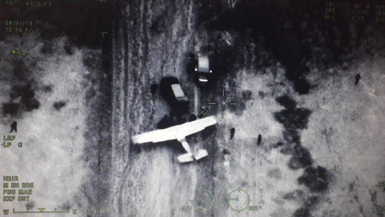 Esta es una de las fotografías que captaron aeronaves del Ejército y se ve cuando vehículos se acercan a una avioneta que aterrizó sin autorización. (Foto Prensa Libre: Cortesía)