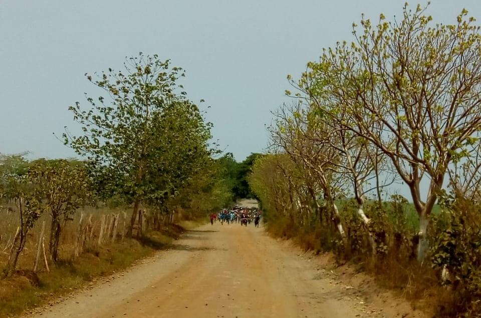 Grupos armados colocaron obstáculos en las vías de terracería para impedir avance de los vehículos de la PNC y del Ejército. (Foto Prensa Libre: Cortesía)