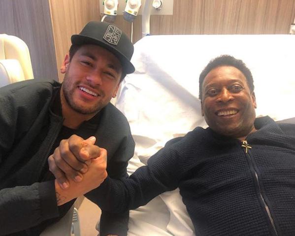 La estrella del PSG Neymar visitó a Pelé, quien se recupera en París. (Foto Prensa Libre: Instagram)