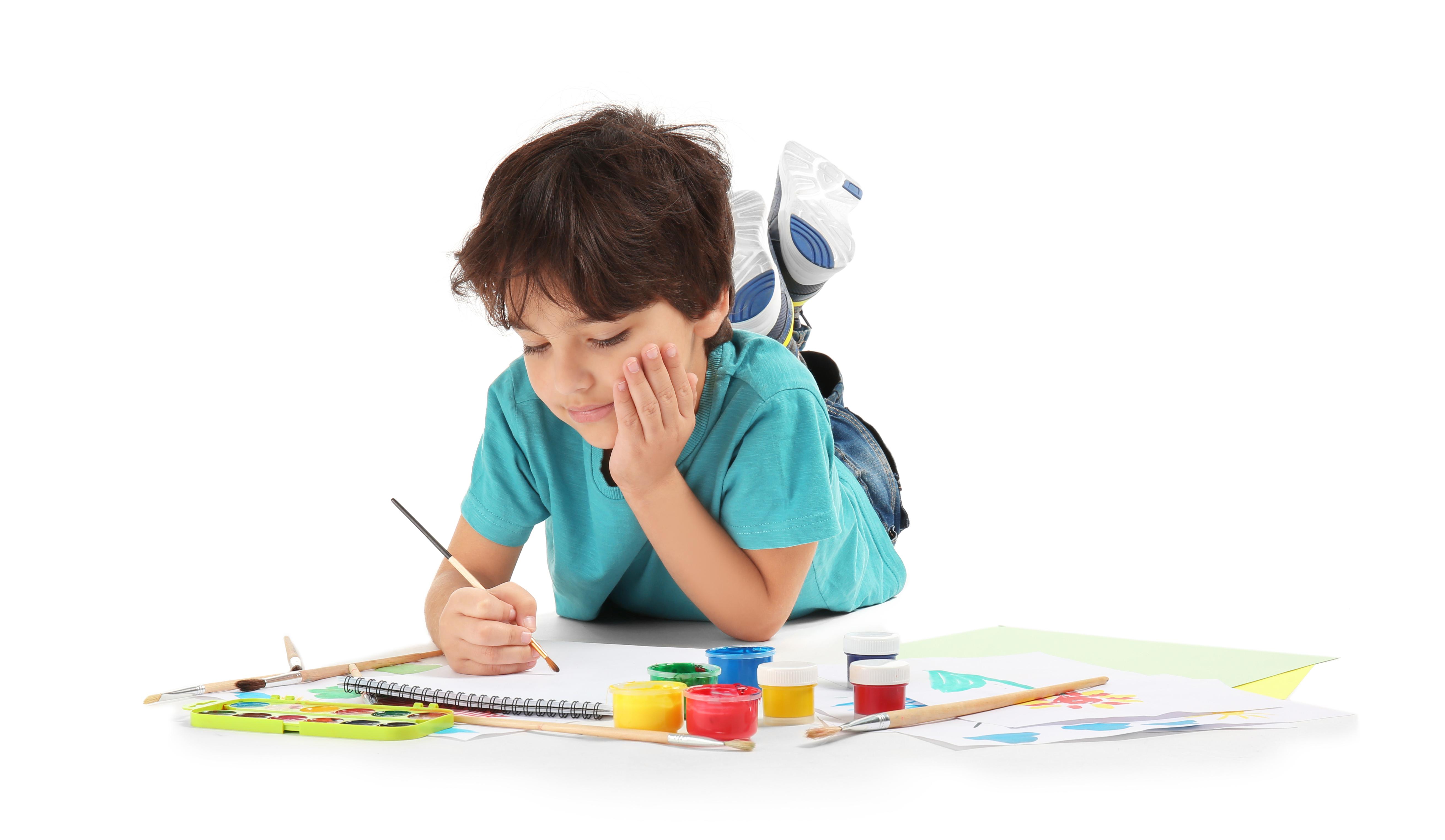 Un niño se toma su tiempo para hacer sus creaciones y en ocasiones las repite una y otra vez. Foto: Servicios