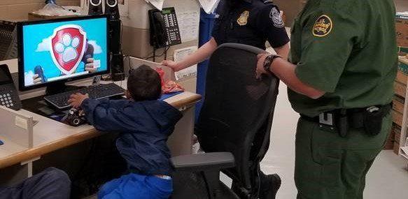 El niño de 3 años se entretiene frente a una computadora, luego de que fue rescatado por la Patrulla Fronteriza. (Foto. CBP)