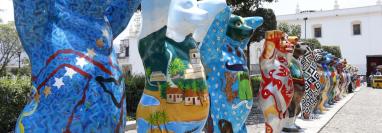 Algunos de los osos que serán exhibidos ya fueron colocados en Antigua Guatemala. (Foto Prensa Libre: Julio Sicán).