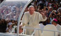 La Santa Sede anunció este sábado 27 de abril la donación del papa Francisco en favor de los migrantes. (Foto Prensa Libre: EFE).