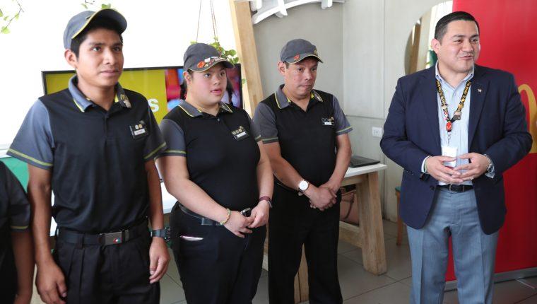 Los tres trabajadores recibieron un reconocimiento por el aporte que dan a la empresa. (Foto Prensa Libre: María Longo)