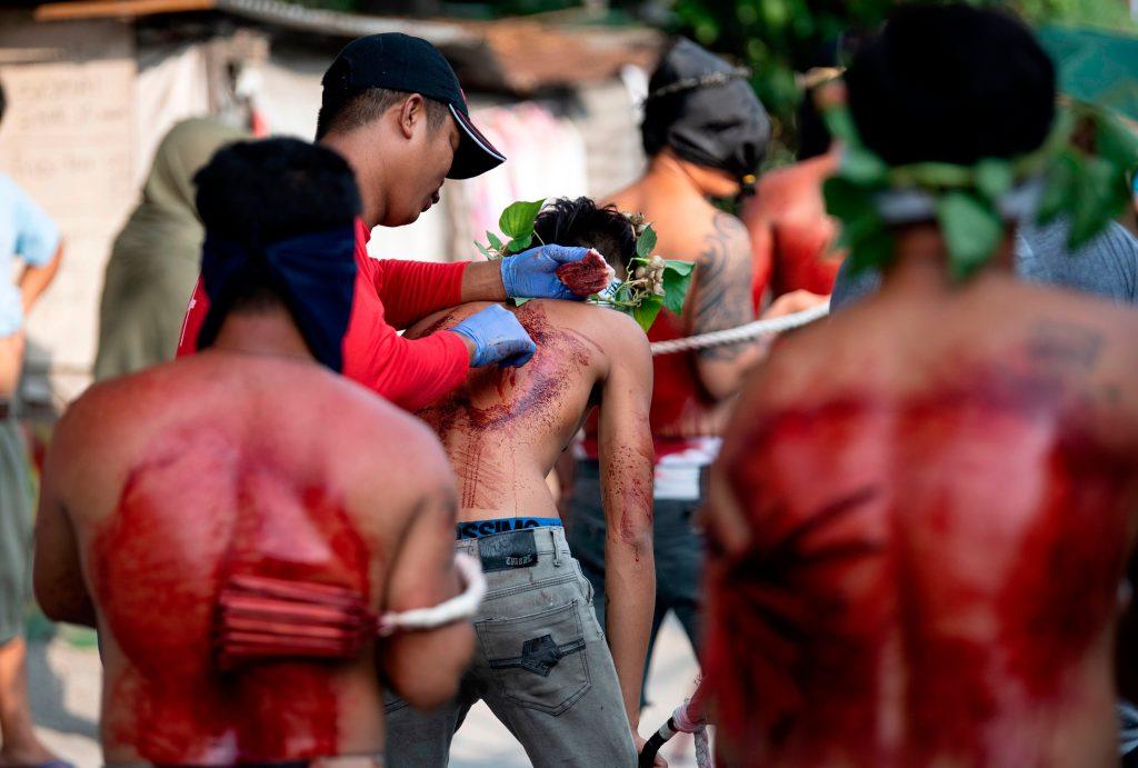 Un flagelante tiene su espalda herida para sangrar como parte de su penitencia durante la recreación de la crucifixión de Jesucristo para el Viernes Santo en San Juan, Pampanga, al norte de Manila, Filipinas. Foto Prensa Libre: AFP