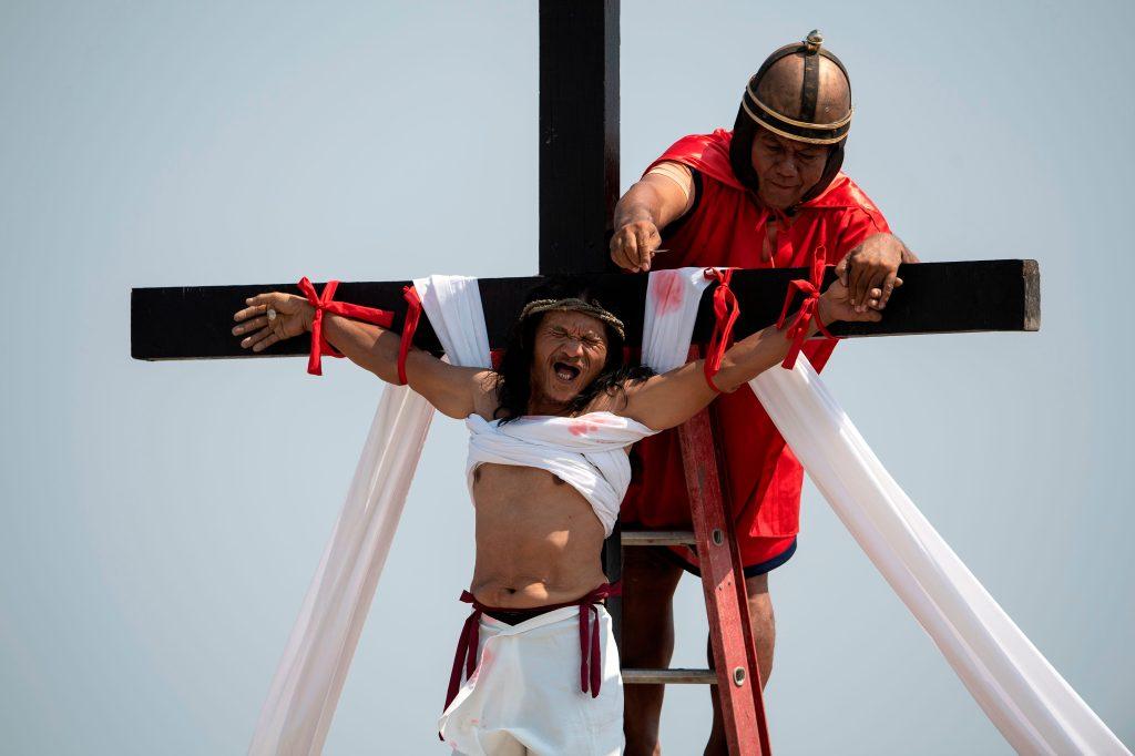 El devoto filipino cristiano Ruben Enaje, de 58 años, es clavado en una cruz durante una recreación de la Crucifixión de Cristo durante el Viernes Santo antes de la Pascua en la aldea de Cutud, cerca de San Fernando en Filipinas. Foto Prensa Libre: AFP
