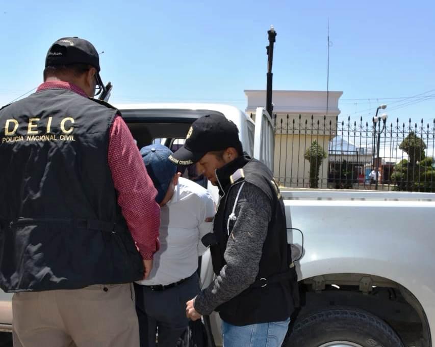 Investigadores de la Policía Nacional Civil trasladan al pastor evangélico al Complejo Regional de Justicia en Quetzaltenango. ( Foto Prensa Libre)