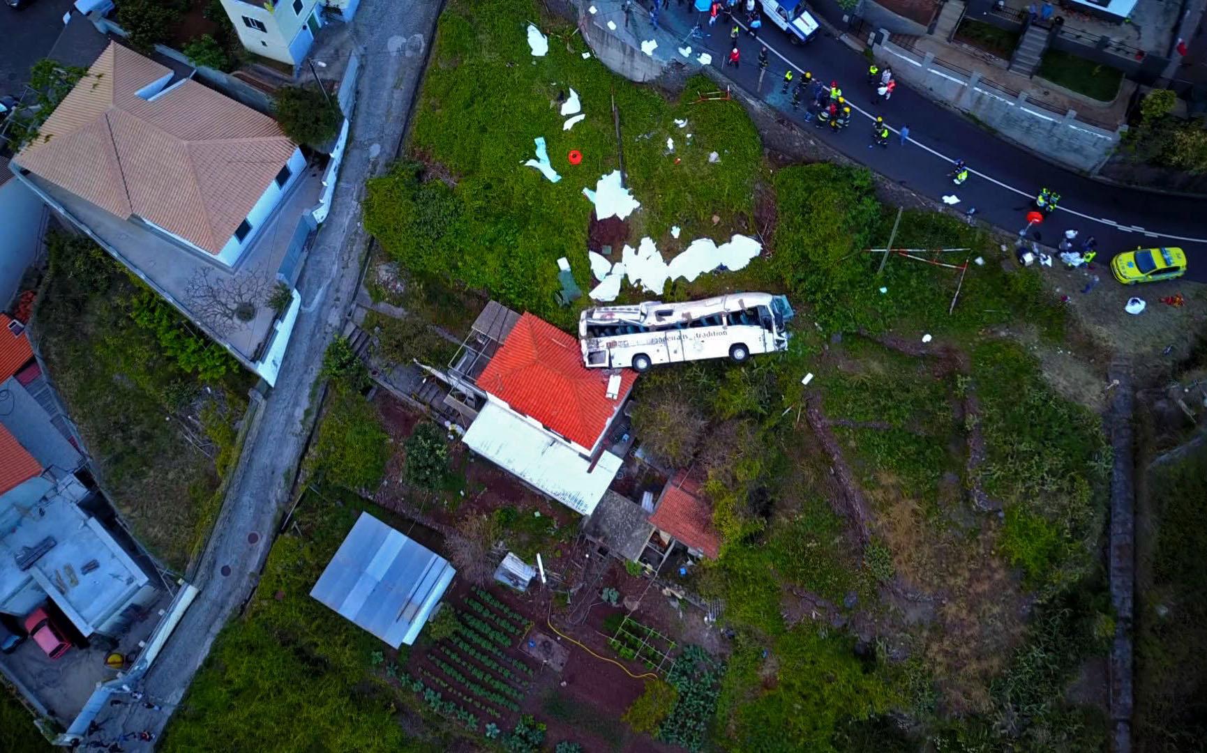 El autobús cayó sobre una casa. (Foto Prensa Libre: AFP)