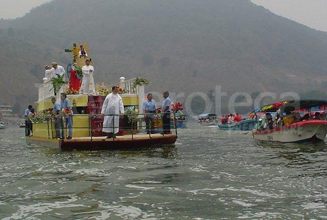 Una de las actividades más importantes de la feria es la procesión acuática con la imagen del Niño Dios de Amatitlán. (Foto Prensa Libre: Hemeroteca PL).