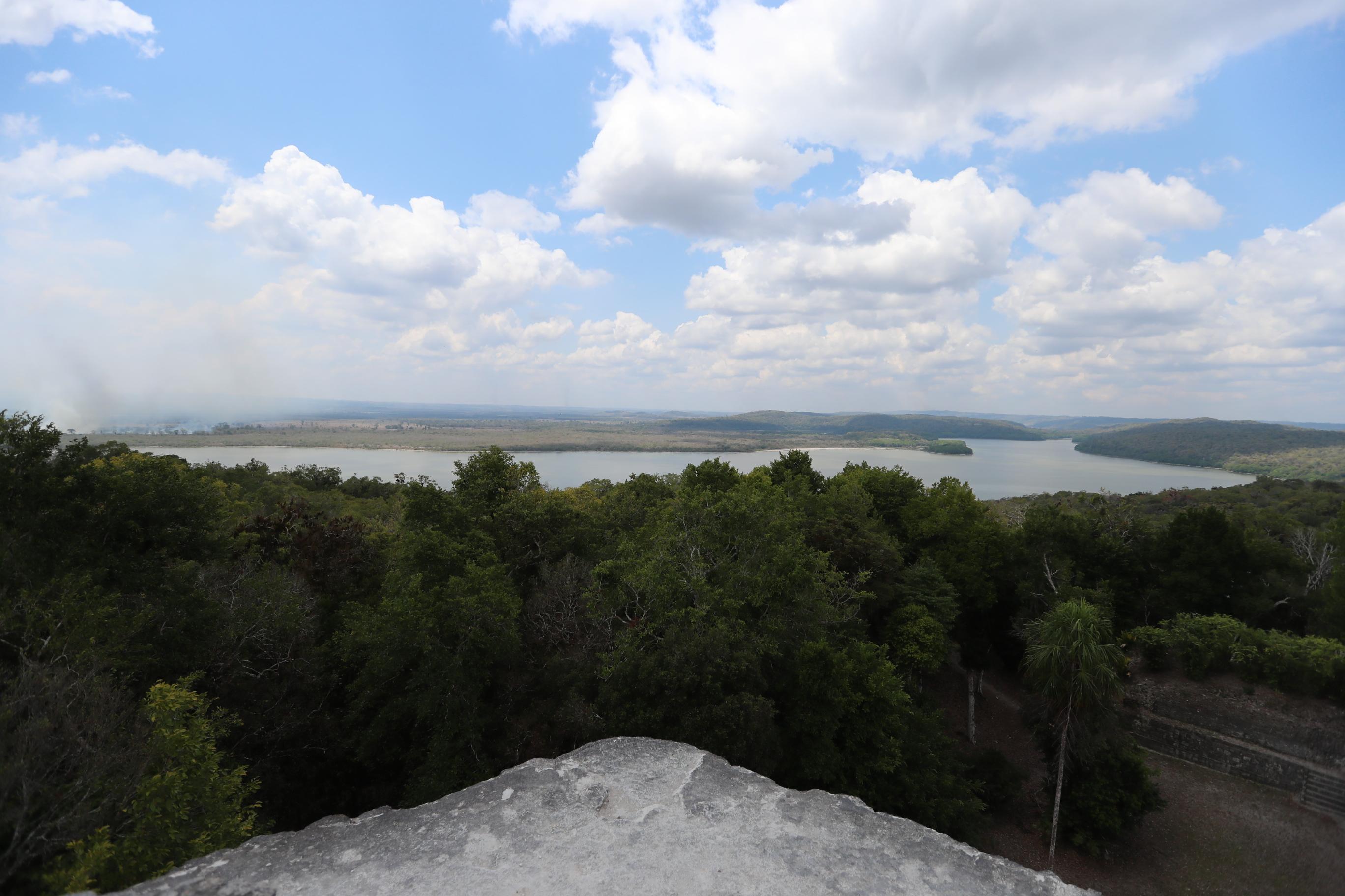 Vista de la laguna del Parque Nacional Yaxhá desde el templo de las Manos Rojas. (Foto Prensa Libre: Oscar Fernando García).