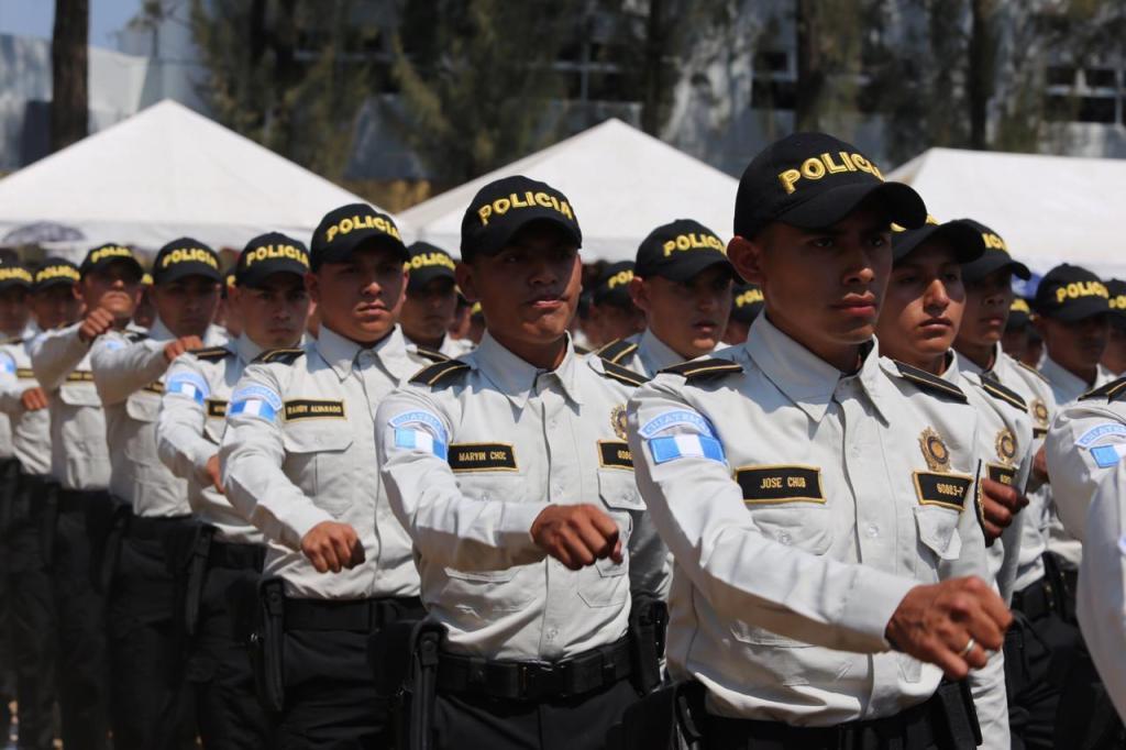 Tres mil 160 nuevos policías fueron graduados en la última semana, pero no hay información sobre el origen del armamento que usarán. (Foto Prensa Libre: Hemeroteca PL)