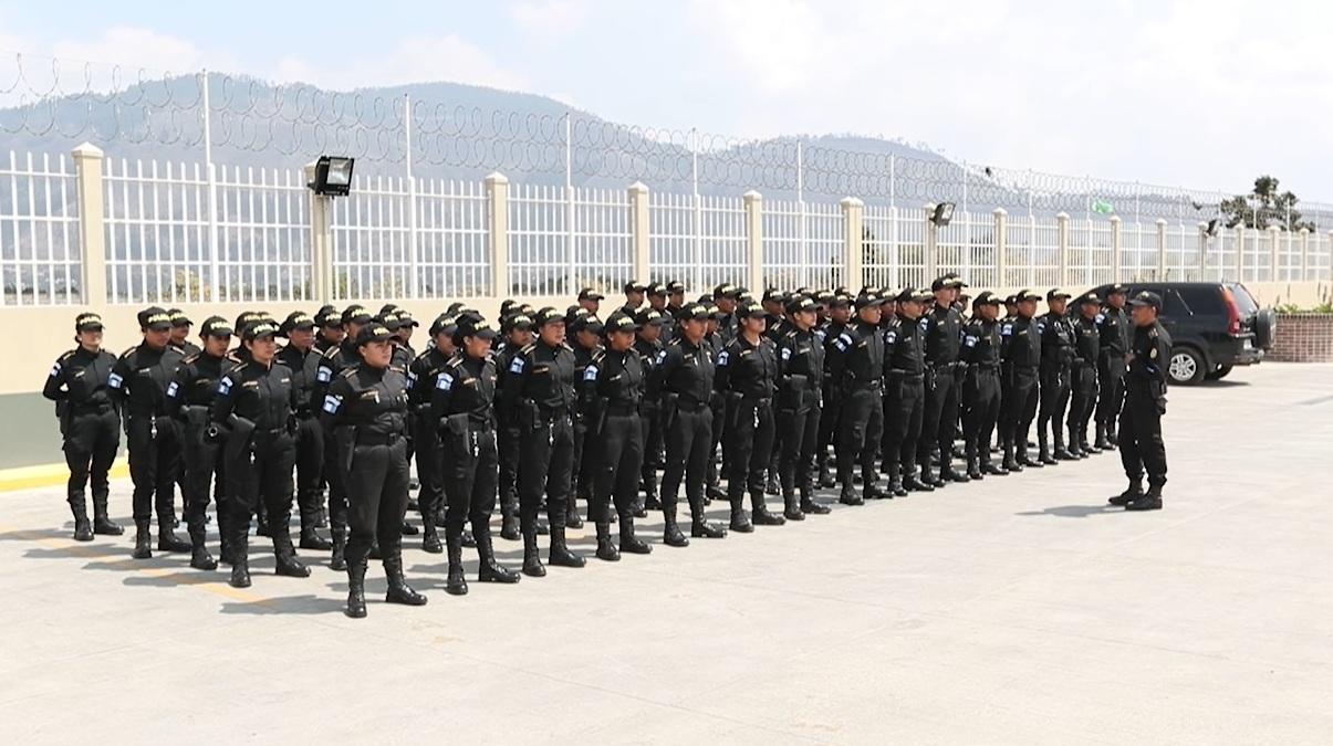 Desde esta semana la PNC en Quetzaltenango tiene 75 agentes más, 40 hombres y 35 mujeres. (Foto Prensa Lilbre: María Longo)