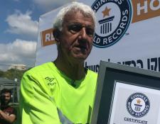 Itzhak Hayk momentos después de recibir un certificado por imponer el récord Guinness como el jugador más longevo en disputar un partido de futbol profesional. (Foto Prensa Libre: Redes)