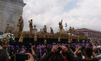 La procesión de La Merced fue una de las más concurridas a su paso por la Catedral Metropolitana (Foto Prensa Libre: Francisco Mauricio Martínez)