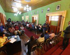 Alfonso García-Juncos, alcalde de Coatepeque, exigió a Energuate reconectar el servicio eléctrico. (Foto Prensa Libre: Mynor Toc)