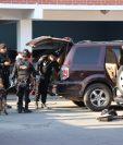 Agentes de la PNC con apoyo de la Unidad Canina revisan una de las camionetas donde se ubicaron paquetes con droga. (Foto Prensa Libre: Héctor Cordero)