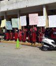 Pobladores de Antigua Xonca se manifiestan frente a la comuna de Nebaj para desconocer a autoridades indígenas. (Foto Prensa Libre: Héctor Cordero).