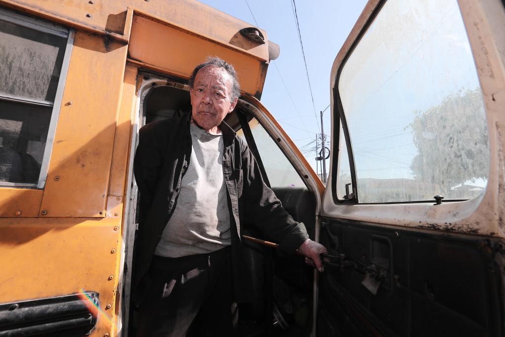 Juan Pablo Figueroa Alfaro baja del bus en el que vivió durante un año (Foto Prensa Libre: Juan Diego González).