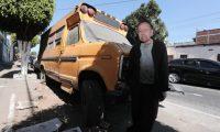 Juan Pablo Figueroa Alfaro junto al bus escolar en el que vive ene la zona 12. (Foto Prensa Libre: Juan Diego González).