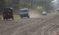La paralización de obras en la ruta entre  San Antonio Suchitepéquez y  San Miguel Panán causó  molestia entre usuarios de esa vía. Carretera dañada.