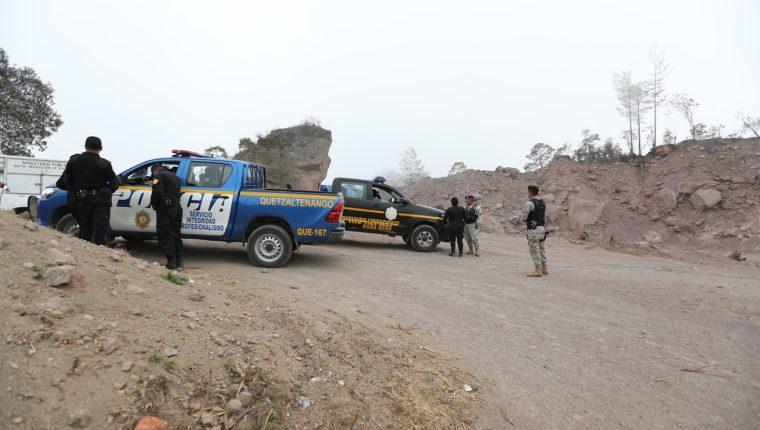 Personal del MP y agentes de la PNC llegaron a las área donde funcionan varias mineras en Quetzaltenango. (Foto Prensa Libre: María Longo)