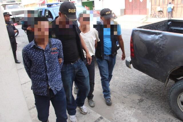 Padre e hijo señalados de crimen son custodiados por la PNC en Chiquimula. (Foto Prensa Libre: PNC).
