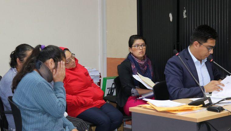 Tres mujeres sindicadas por casos especiales de estafa rinden su primera declaración asistidas por sus abogados defensores. (Foto Prensa Libre: Julio Sicán)