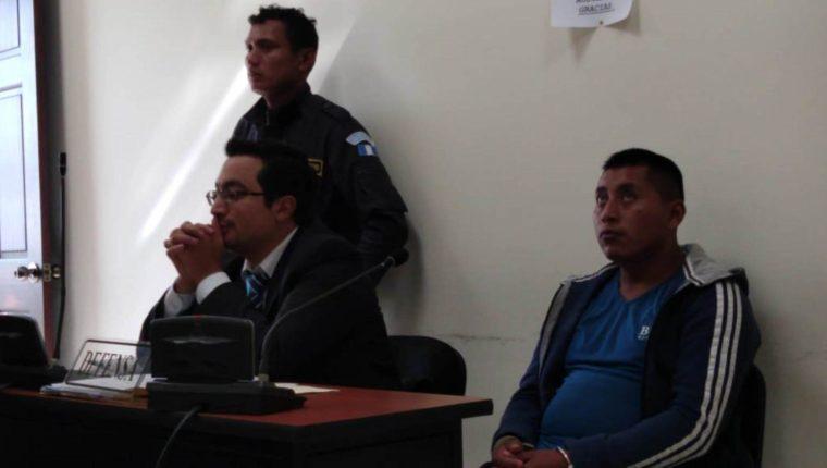 Juan Cotoc Cotoc junto a su abogado defensor en el Juzgado de Femicidio de Quetzaltenango. (Foto Prensa Libre: María Longo)