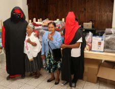 Dos de las beneficiadas con el Programa del Adulto Mayor agradecen a los estudiantes la ayuda recibida. (Foto Prensa Libre: Eduardo Sam).