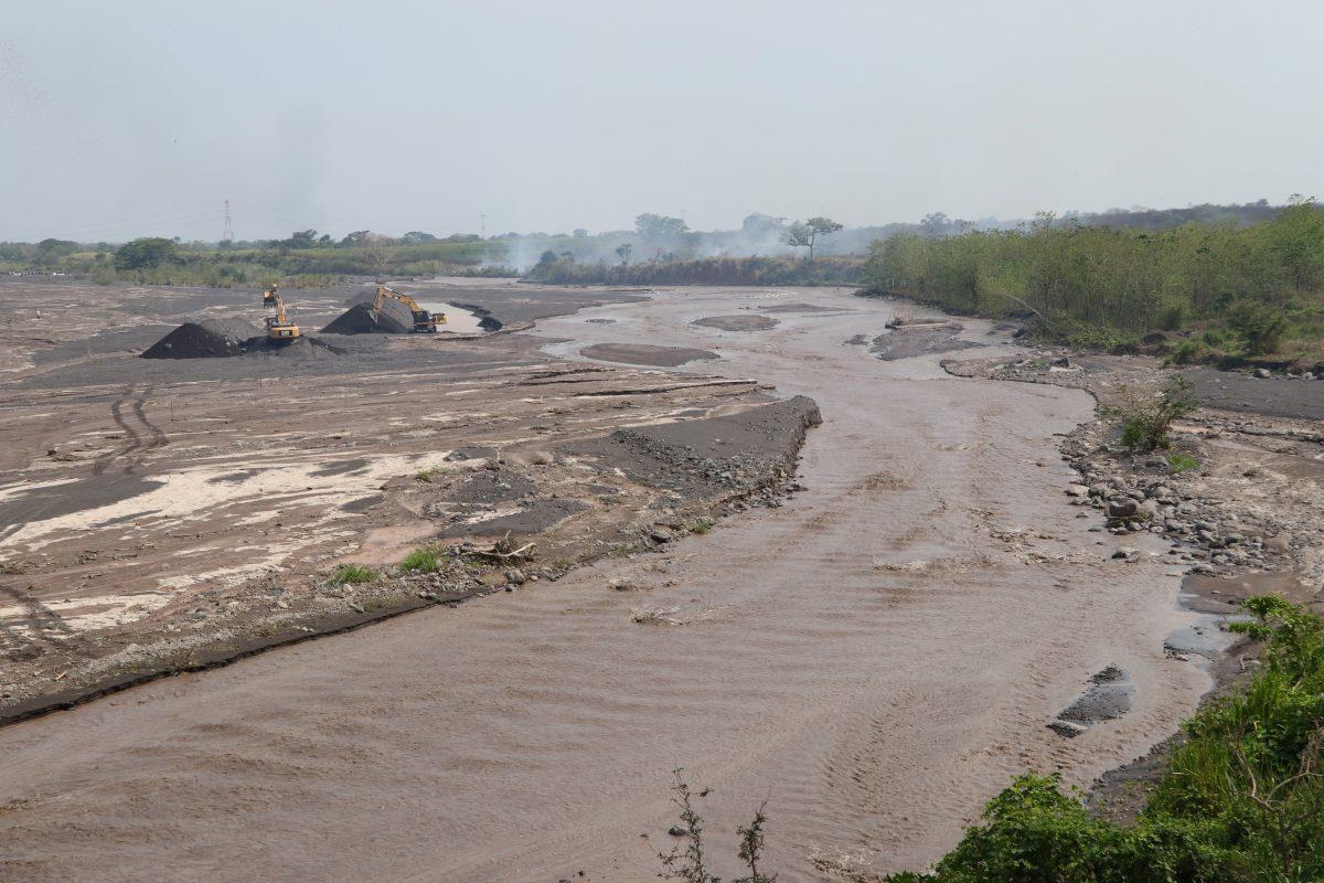 Alertan por lahar de volcán Santiaguito por fuertes lluvias en Guatemala