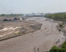 La barranca El Jute ha sido afectada con lahares lo que causa problema para vecinos de comunidades cercanas al volcán de Fuego. (Foto Prensa Libre: Carlos Paredes)