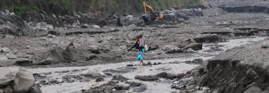 Debido a la actividad del Volcán de Fuego, los cauces de los ríos se llenaron de arena y piedras. (Foto Prensa Libre: Carlos Paredes)