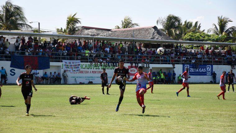 Foto 5: El balón fue disputado entre ambas escuadras.